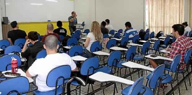 ... no último sábado, poucos estudantes compareceram ao local para se preparar para as poucas seleções previstas para os primeiros meses do ano (Ana Rayssa/Esp. CB/D.A Press)