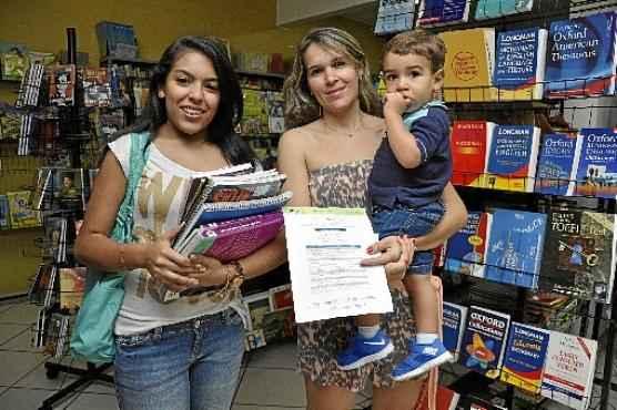 Há quatro anos, a professora Luana Oliveira Prestes compra os livros da filha mais velha, Lorena (E), em sebos: