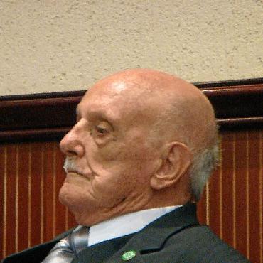 Alberto Péres em dois momentos: ao receber o título de cidadão honorário no Congresso Nacional, e com o ex-presidente JK (Reprodução)