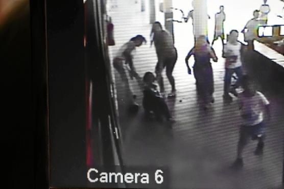 As imagens das câmeras do CEF 1 da Estrutural mostraram a chegada de Marivaldo ao local às 16h05, quando atacou alunos e professores com uma cadeira, até ser contido por um funcionário da limpeza (Ed Alves/CB/D.A Press)