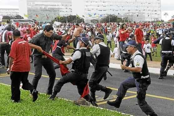 Manifestantes de várias centrais sindicais contrários à medida entraram em confronto com policiais militares em frente ao Congresso (Carlos Moura/CB/D.A Press)