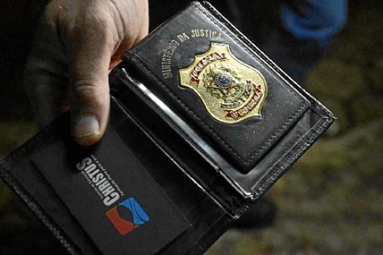 Com o acusado, a polícia recolheu uma carteira com o brsão da PF  (André Violatti/Esp. CB/D.A. Press)