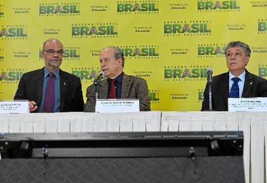 O ministro Janine Ribeiro (C) apresenta as mudanças no Enem: provas serão em 24 e 25 de outubro (Valter Campanato/Agência Brasil)