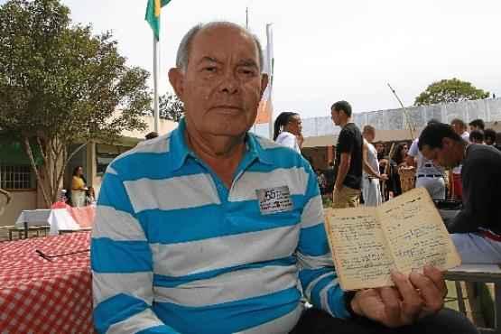 Pedro Carlos, com orgulho, mostra a Carteira de Trabalho (Claudio Reisi/Esp. CB/D.A Press)