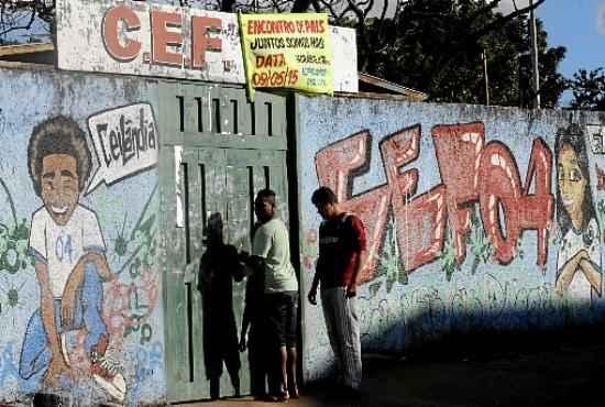 O CEF 4 teve as portas fechadas ontem: traficantes vendem drogas dentro da unidade e escondem entorpecentes em carros parados nos arredores (Carlos Vieira/CB/D.A Press)