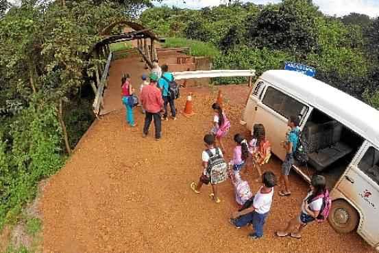 Kombi deixa os estudantes próximo à passarela instalada onde antes havia uma ponte: ônibus, só do outro lado  (Breno Fortes/CB/D.A Press)