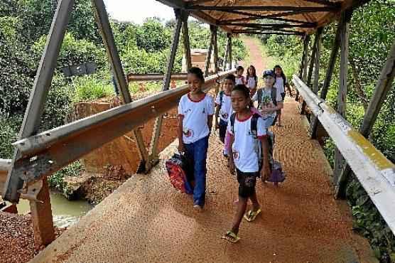 Os alunos precisam atravessar a passagem todos os dias para ir à escola (Breno Fortes/CB/D.A Press)