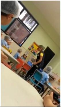 Em uma gravação, a professora é agressiva ao colocar touca no aluno (Reprodução)