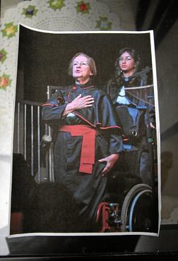 No dia da formatura, ela fez questão de se levantar da cadeira de rodas