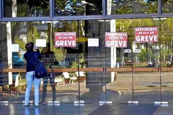 Greve dos servidores chega a 70 dias e não tem data para acabar: além de reivindicar reajuste salarial, eles protestam contra os cortes das verbas destinadas ao ensino superior (Gustavo Moreno/CB/D.A Press)