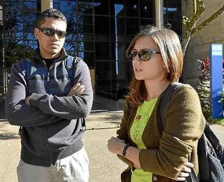 A aluna Isabela Medeiros e um amigo: estudo na biblioteca frustrado (Gustavo Moreno/CB/D.A Press)