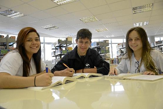 Os amigos Daniela (E), Kaio e Letícia têm intensificado os estudos e aproveitado para resolver muitas questões (Andre Violatti/Esp. CB/D.A Press)