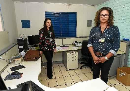 Rosa (E) e Soledade, auditoras da Vigilância Sanitaria, confirmam a precariedade do serviço prestado por falta de pessoal  (Ed Alves/CB/D.A Press)