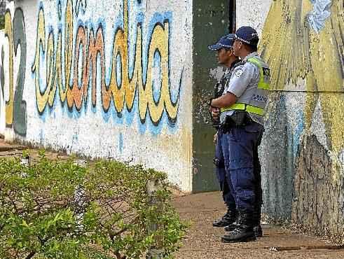 Policiais militares reforçaram a segurança nas imediações do Centro de Ensino Médio (CEM) 2: aulas suspensas (Marcelo Ferreira/CB/D.A Press)