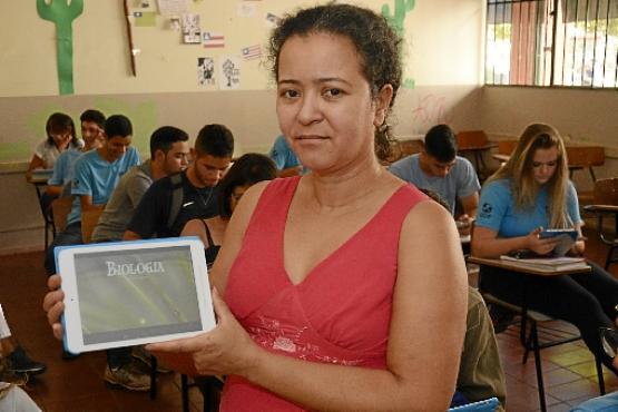 Nas aulas da professora Katia Campos, no Setor Oeste, o tablet serve como estímulo para os alunos