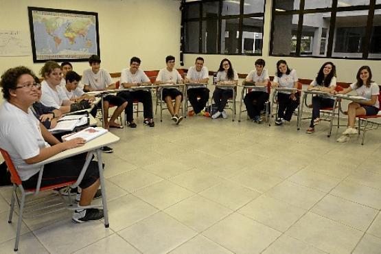 No sistema high school, estudantes cursam disciplinas do  currículo do ensino médio americano e do brasileiro ao mesmo tempo