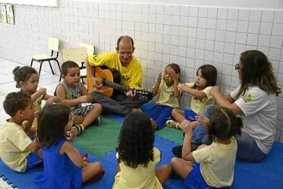 Por meio da brincadeira, as crianças desenvolvem habilidades motoras e fazem o ensaio das relações sociais (André Viollati/Esp. CB/D.A Press)