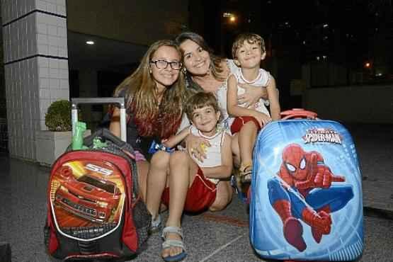 Andreza com os filhos Beatriz, Gabriel e Rafael (D). Os dois meninos vão mudar de escola no próximo ano (André Violatti/Esp. CB/D.A Press)