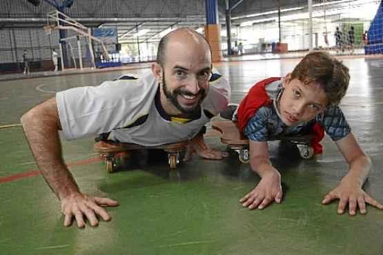 O professor Gustavo desenvolveu um projeto para integrar alunos como Natan, que tem paralisia cerebral, nas aulas de educação física (André Violatti/Esp. CB/D A Press)