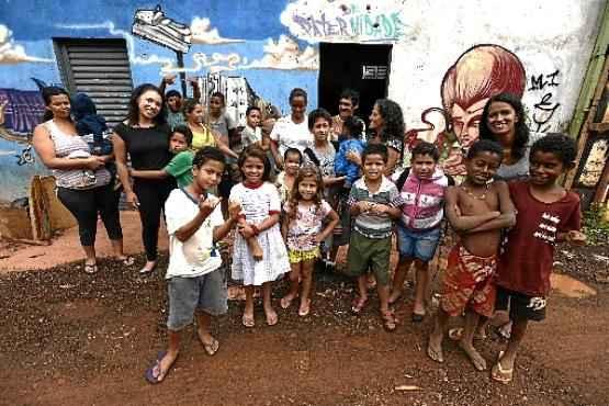 Em meio ao lamaçal, a Casa de Paternidade é um oásis para crianças, adolescentes e adultos, como Polliana (abaixo), que desde 2011 frequenta o local e, hoje, leva os filhos  (Carlos Vieira/CB/D.A Press)