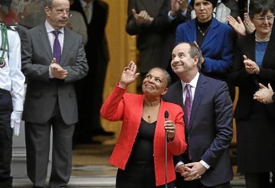 Taubine, a ministra demissionária, ao lado do substituto, o socialista Jean-Jacques Urvoas, em cerimônia no Ministério da Justiça, em Paris (Kenzo Tribouillard/AFP)