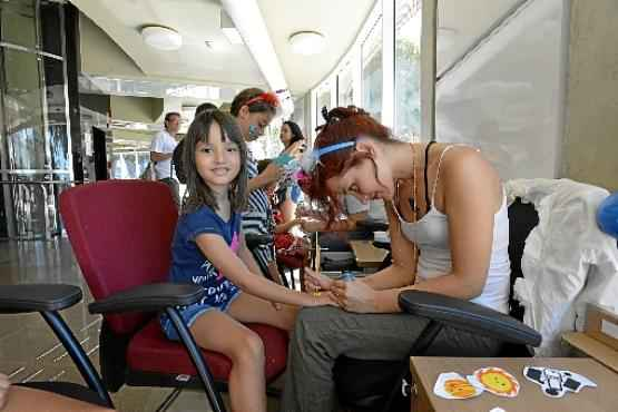 Levada pela mãe, Sara, a menina Maria Teresa, 6 anos, se divertiu com as muitas atrações da atividade (Gustavo Moreno/CB/D.A Press)