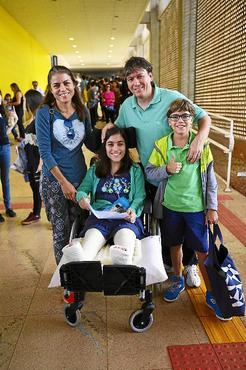 Com dificuldade de locomoção, Maria da Paz contou com o apoio da família (Marcelo Ferreira/CB/D.A Press)