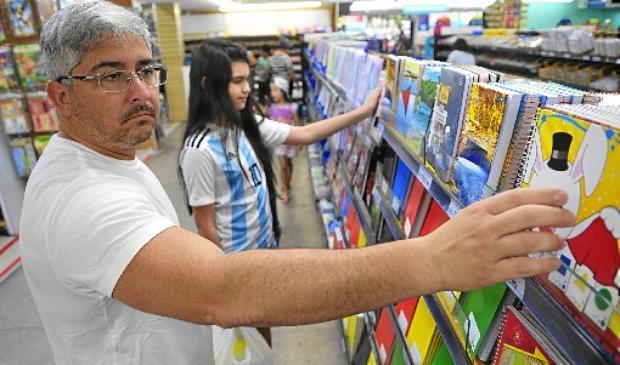 Pai de Valentina, Henrique Troccóli enviou a lista da escola para cinco papelarias antes de decidir em qual comprar o material escolar: economia (Minervino Júnior/CB/D.A Press)