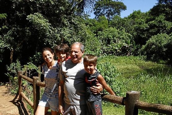 Marcos Pinheiro e a família: %u201CNós, moradores, criamos uma  associação da vizinhança e há anos cuidamos do espaço%u201D  (Ana Rayssa/Esp. CB/D.A Press )