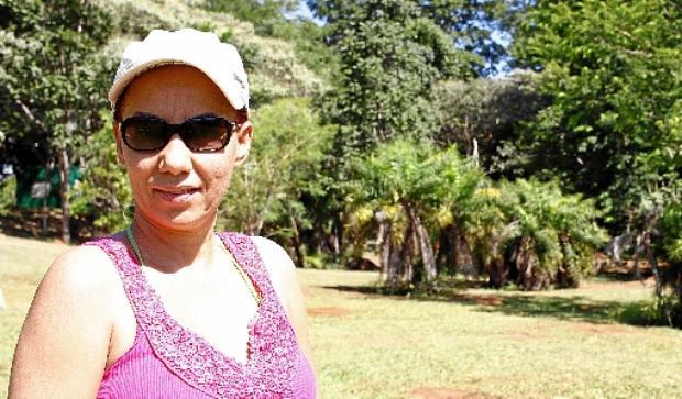 Elaine Aparecida: %u201CVenho aqui de três a quatro vezes por semana para tomar sol, praticar ioga e caminhar%u201D (Ana Rayssa/Esp. CB/D.A Press)