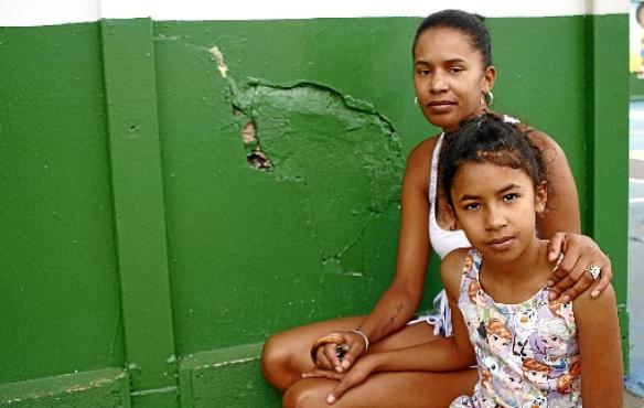 Deisilane e Mariana: filha estuda na escola onde a mãe cursou o ensino básico e que não deveria existir mais (Ana Rayssa/Esp. CB/D.A Press)