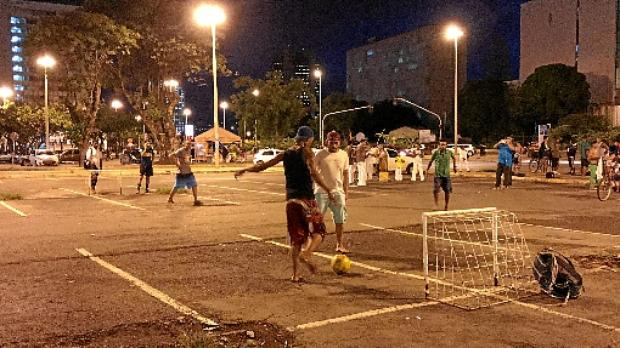 Futebol à noite: o esporte é essencial para as pessoas se desligarem dos problemas diários (Arquivo Pessoal)