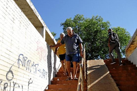 Liovaldo de Oliveira e Santana Rodrigues: dificuldade para descer as escadas da passarela perto do Hospital de Base (Ana Rayssa/Esp. CB/D.A Press)