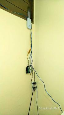 Peças de computadores quebradas e fios em excesso confirmam o sucateamento do laboratório de informática do CEF 1 do Riacho Fundo 2 (Arquivo pessoal)