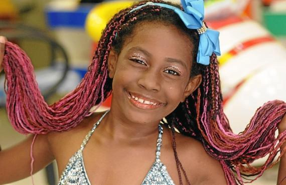 Cassia Xavier, 7 anos, vai escolher uma tiara em EVA para curtir a Festa de Momo este ano