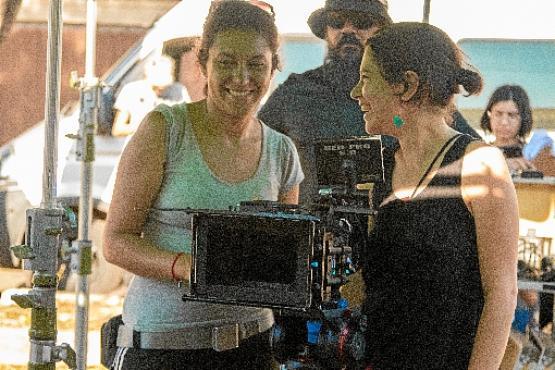 A diretora de fotografia Emília Silberstein (de preto) ao lado da assistente de câmera Liss Fernández na gravação de  O véu de Amani (Thaís Oliveira/Divulgação)