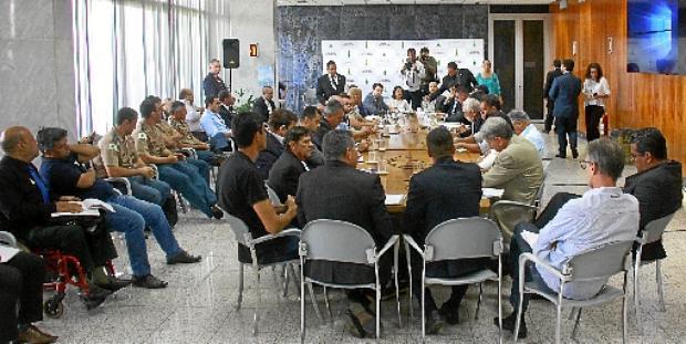 Líderes de entidades que representam policiais e bombeiros militares estiveram no Buriti: sem compromisso acertado, propostas serão avaliadas (Vinícius Cardoso / Esp.CB/DA.Press)