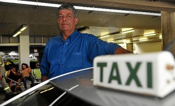 (O taxista Claudio Feitosa, que fala inglês e espanhol, é uma exceção entre  os profissionais do setor)