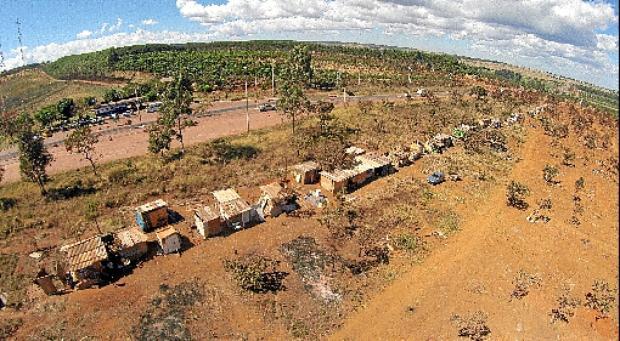 Invasão em uma área de preservação ambiental: novas áreas de regularização serão avaliadas com critério (Breno Fortes/CB/D.A Press - 1/8/14)