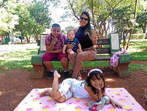 Juscilene aproveitou o calor de ontem para visitar o Parque da Cidade com os filhos, Ingrid e Igor, além do amigo Samuel: preferência por dias de sol (Caroline Cintra/CB/D.A Press)