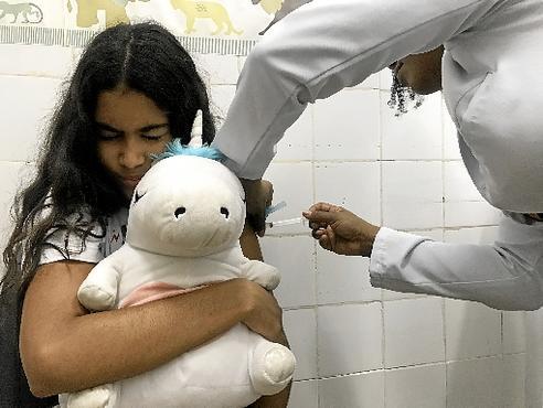 Sabrina, 12 anos, está protegida de acordo com o calendário nacional (Bruna Lima/CB/D.A Press)
