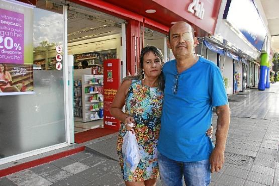Francisco Carlos ao lado da mulher, Lucélia Camargo: %u201CPara mim, era normal me automedicar.  O que eu não sabia é que nasci com propensão para ter problemas nos rins e o anti-inflamatório agravou tudo%u201D (Vinicius Cardoso Vieira/Esp. CB/D.A Press)
