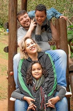 Daniel e Kátia Nogueirol com os filhos André e Sarah: %u201CNós nos sentimos privilegiados por sermos pais deles%u201D (Arquivo Pessoal)
