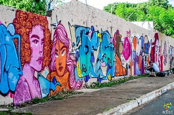 Grafite feito pelos artistas voluntários do Motirõ no CEF 507, em Samambaia (Aline Brito/Esp. CB/D.A Press)