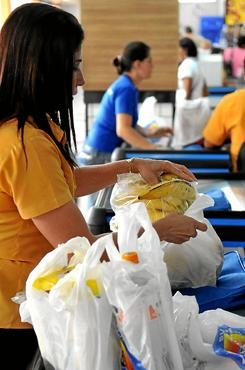 Projeto aprovado proíbe comércio  e distribuição de sacolas plásticas (Breno Fortes/CB/D.A Press - 24/2/12 )