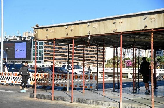 Por enquanto, barras de sustentação garantem segurança dos pedestres (Ed Alves/CB/D.A Press)