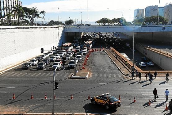 Pontos de bloqueio no trânsito limitam a circulação de veículos no local (Ed Alves/CB/D.A Press)