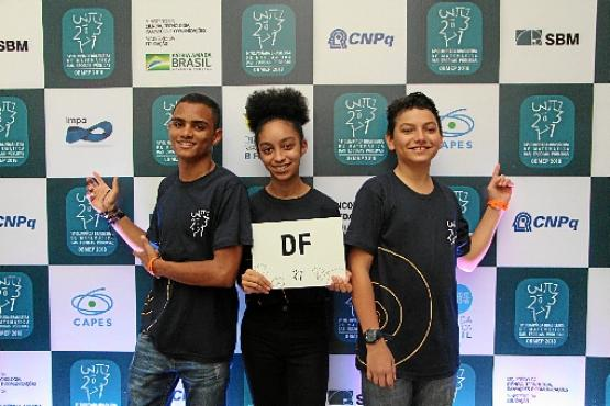 Everton Mendes (E), Mayara e Dayan Dias (Lavinya Andrade/OBMEP/Divulgação)