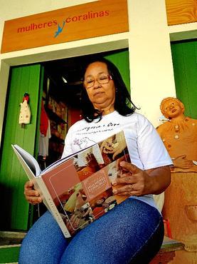 Fã das poesias de Cora, Janice do Carmo borda, faz crochê e salgados (Renato Alves/CB/D.A Press )