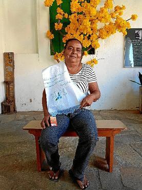 Maria Sebastiana exibe uma das suas peças com verso de Cora (Renato Alves/CB/D.A Press )